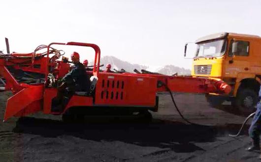 新疆雪山防爆式扒渣机工作现场